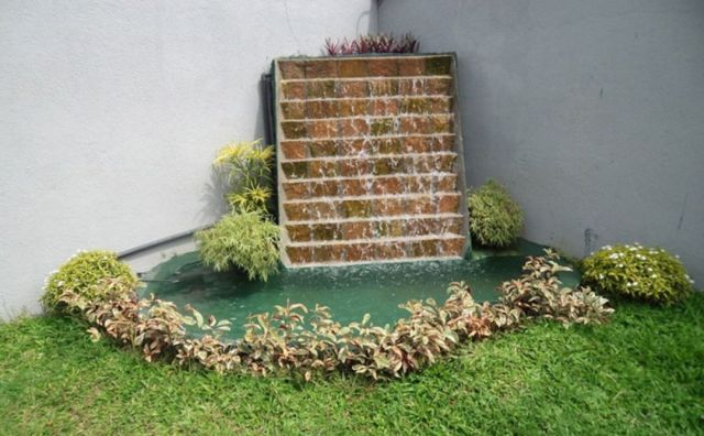 6 Walls of waterfalls with greenery in the front garden of the house