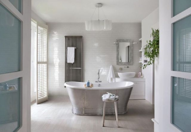 7 Farmhouse Bathroom With Retro Cast Iron Tub