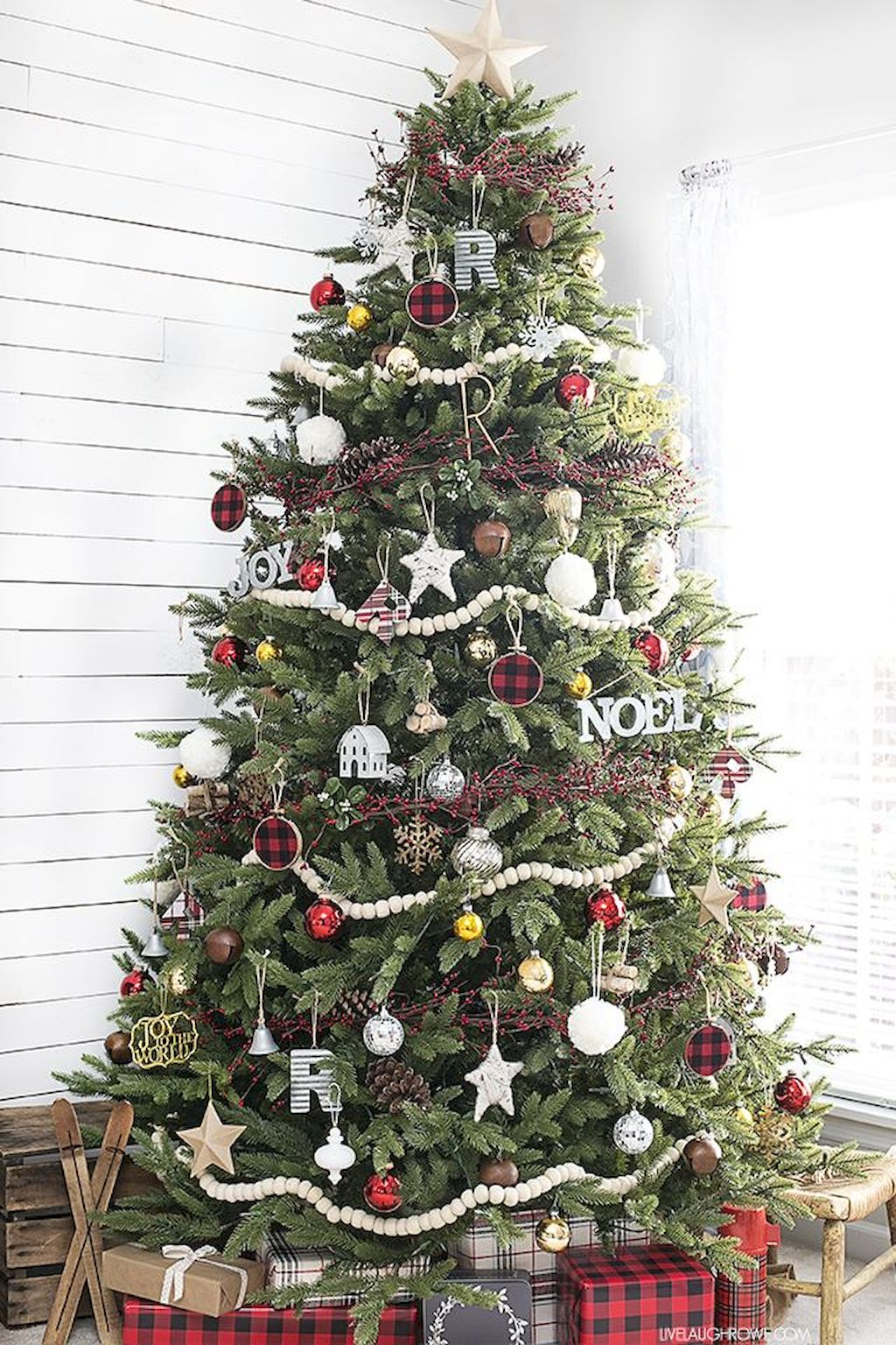 Brilliant Christmas Garland Decorating Ideas 179